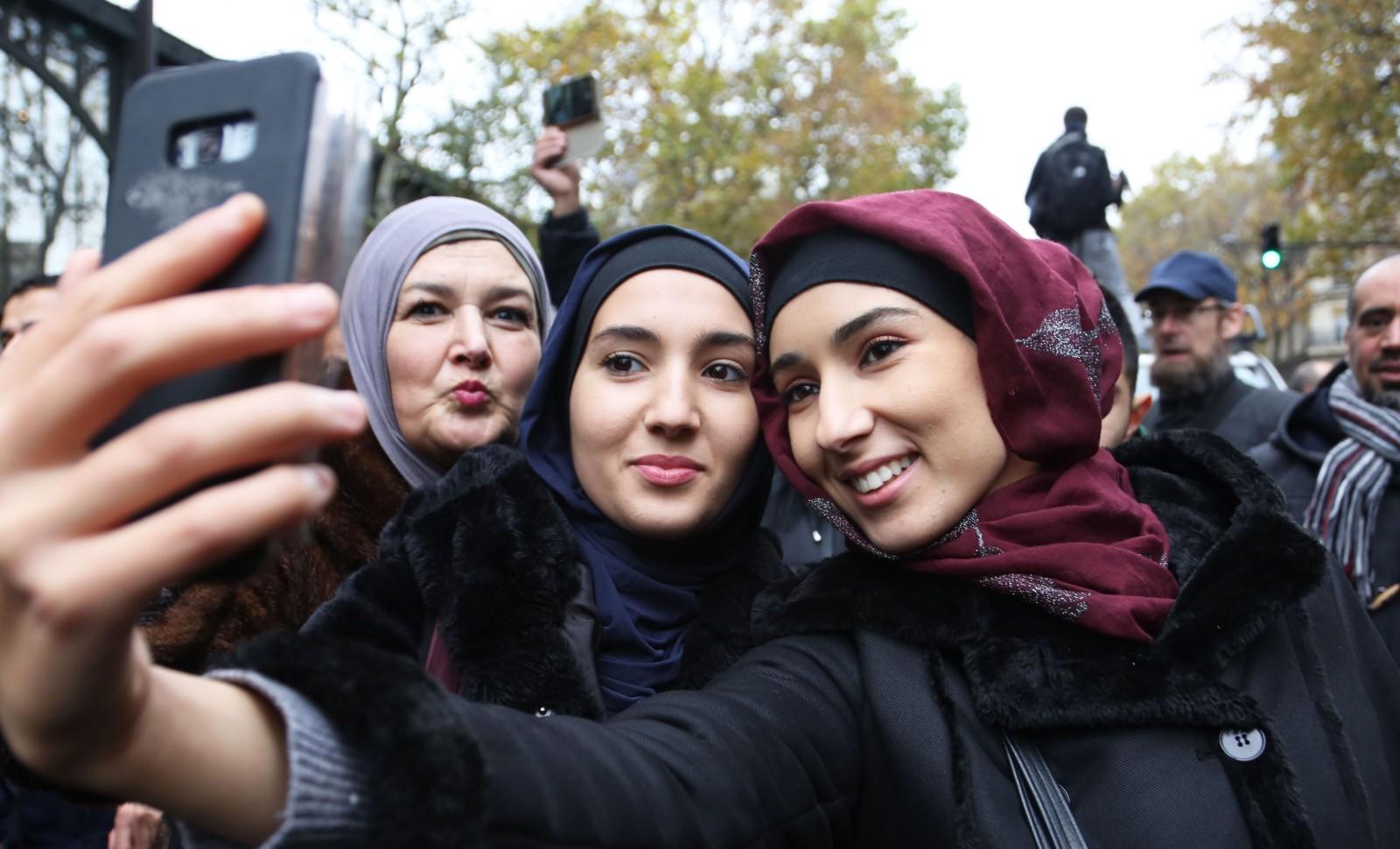 Trois femmes avec un voile islamique, lors de la manifestation controversée du 10 novembre 2019 à Paris © SEVGI/SIPA Numéro de reportage: 00931703_000014