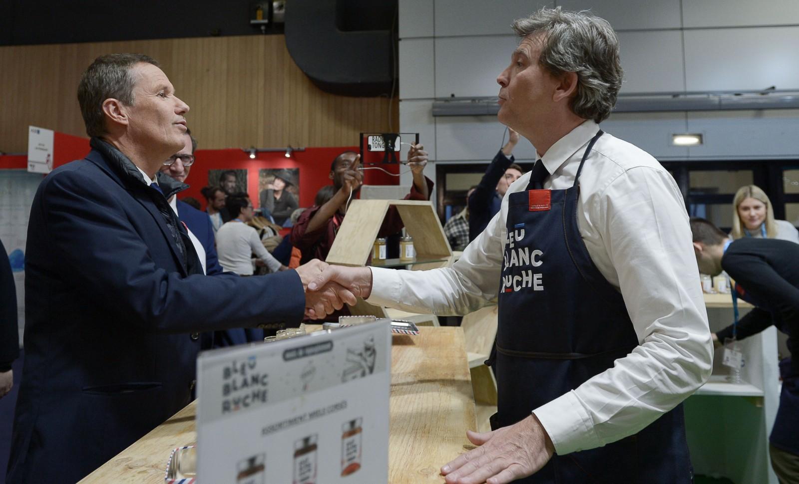Nicolas Dupont Aignan salue Arnaud Montebourg au Salon du Made in France, novembre 2019 © ISA HARSIN/SIPA Numéro de reportage: 00931491_000003