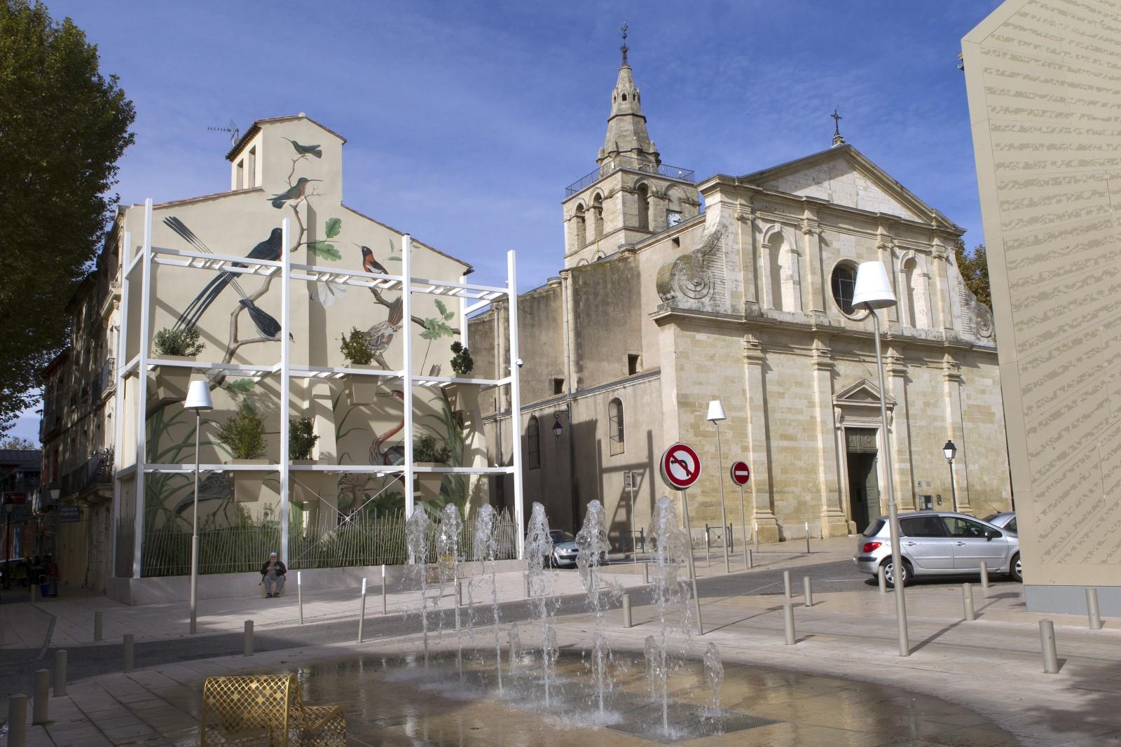 Place des Martyrs et église XVIIe, Lunel. Photo : Guillaume.