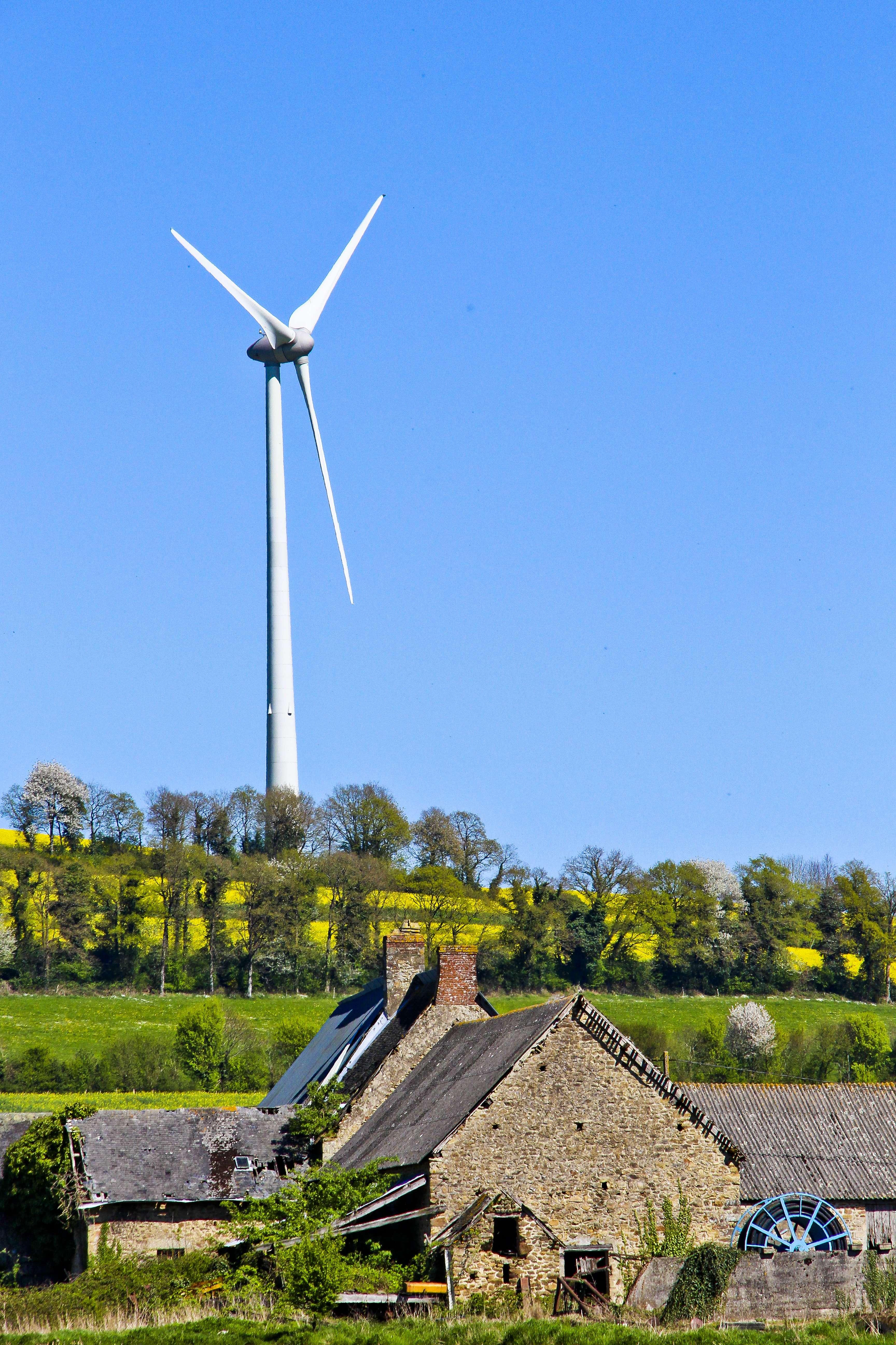 Un hameau de la Mayenne et son éolienne, avril 2017 © Gile MICHEL/SIPA/1705091142
