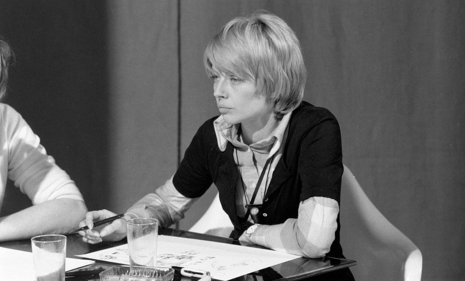 La dessinatrice Claire Brétécher en train de dessiner, mars 1972 © DANIEL LEFEVRE / INA