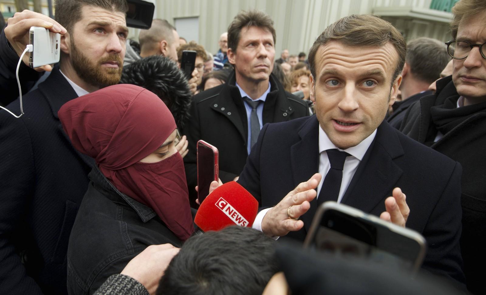 L'Etat est laïc, la société française... vraiment plus. Emmanuel Macron à Bourtzwiller le 18 février 2020 © Sebastien Bozon/AP/SIPA Numéro de reportage: AP22429774_000003