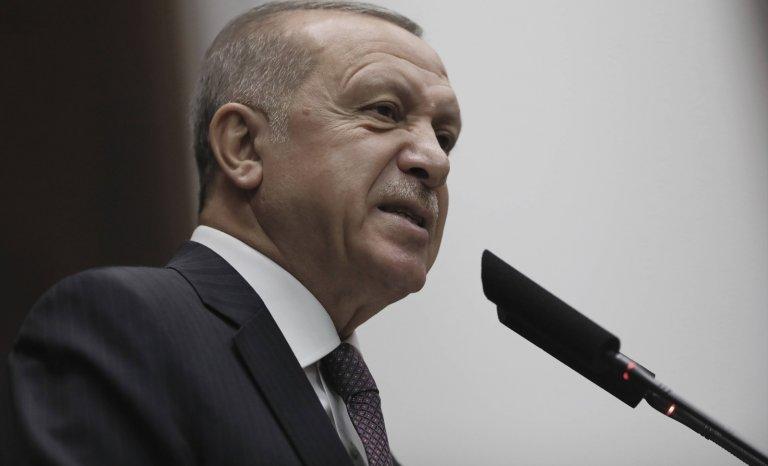 Une main de fer dans un Erdogan de bronze