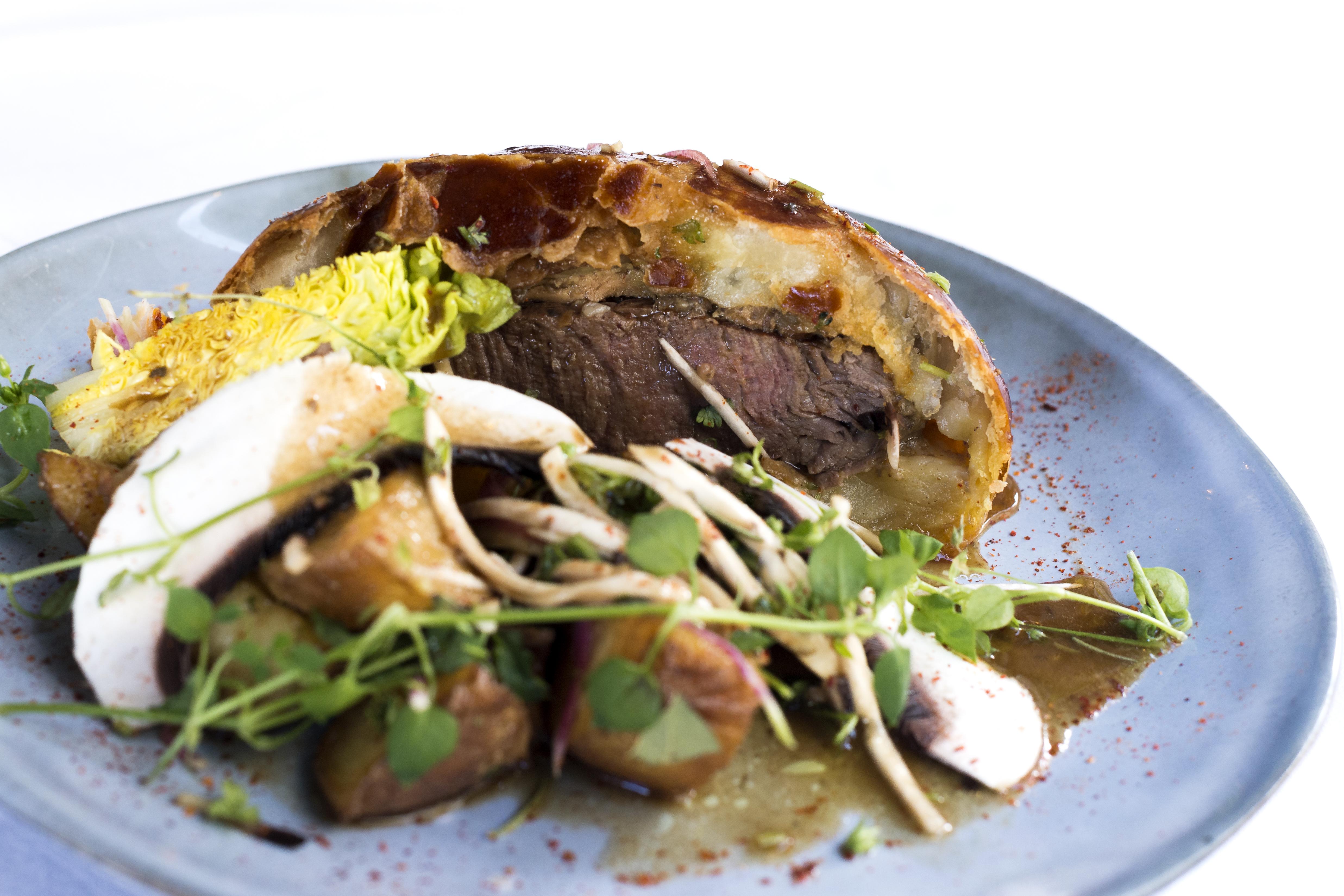 Le Boeuf Wellington - pave de boeuf, épinards cuit, champignons de Paris (ail /persil/cerfeuil), foie gras, pate feuillette © Hannah Assouline