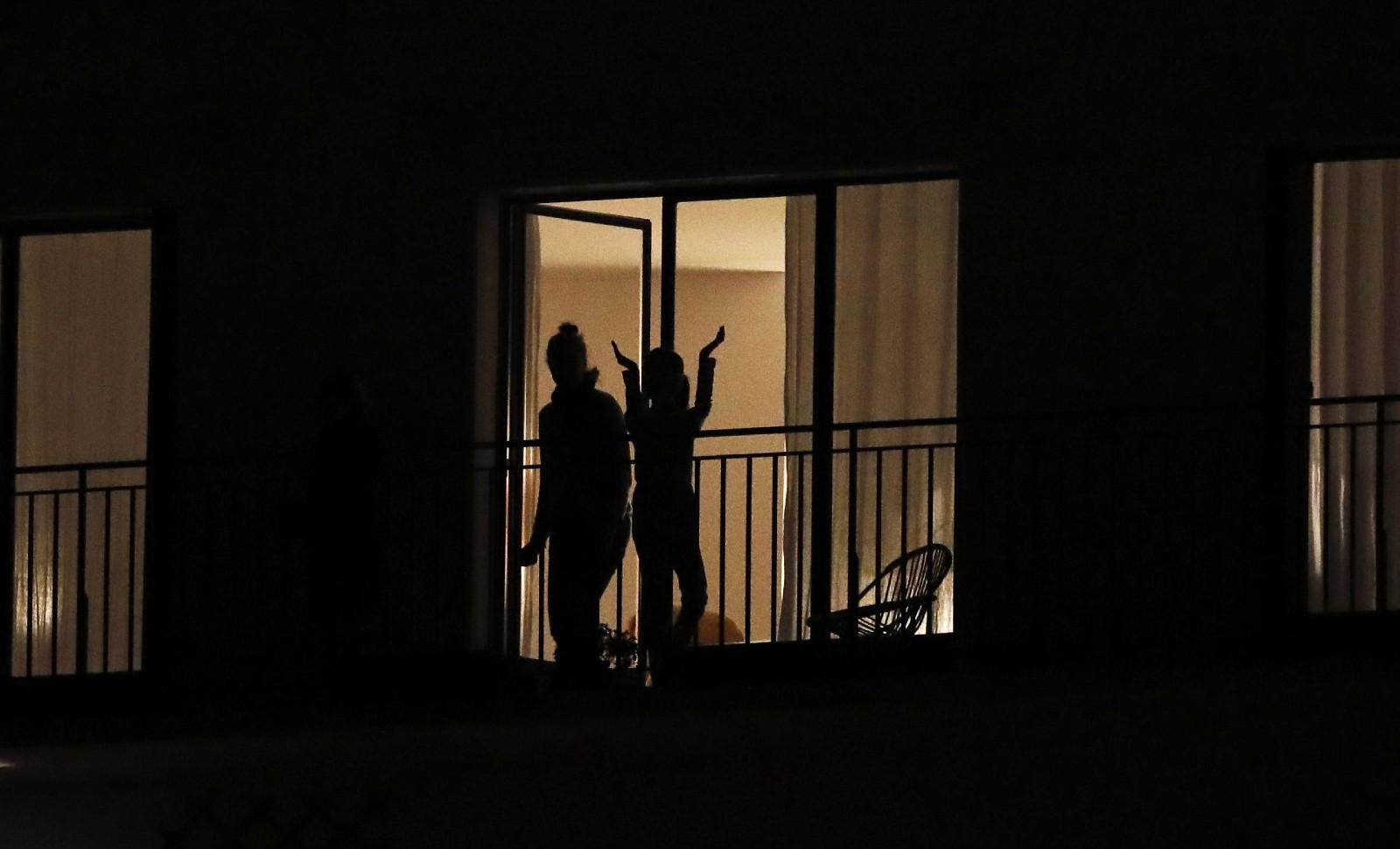 Paris, des habitants confinés applaudissent les soignants à 20 heures, le 19 mars 2020 © Christophe Ena/AP/SIPA Numéro de reportage : AP22439935_000063