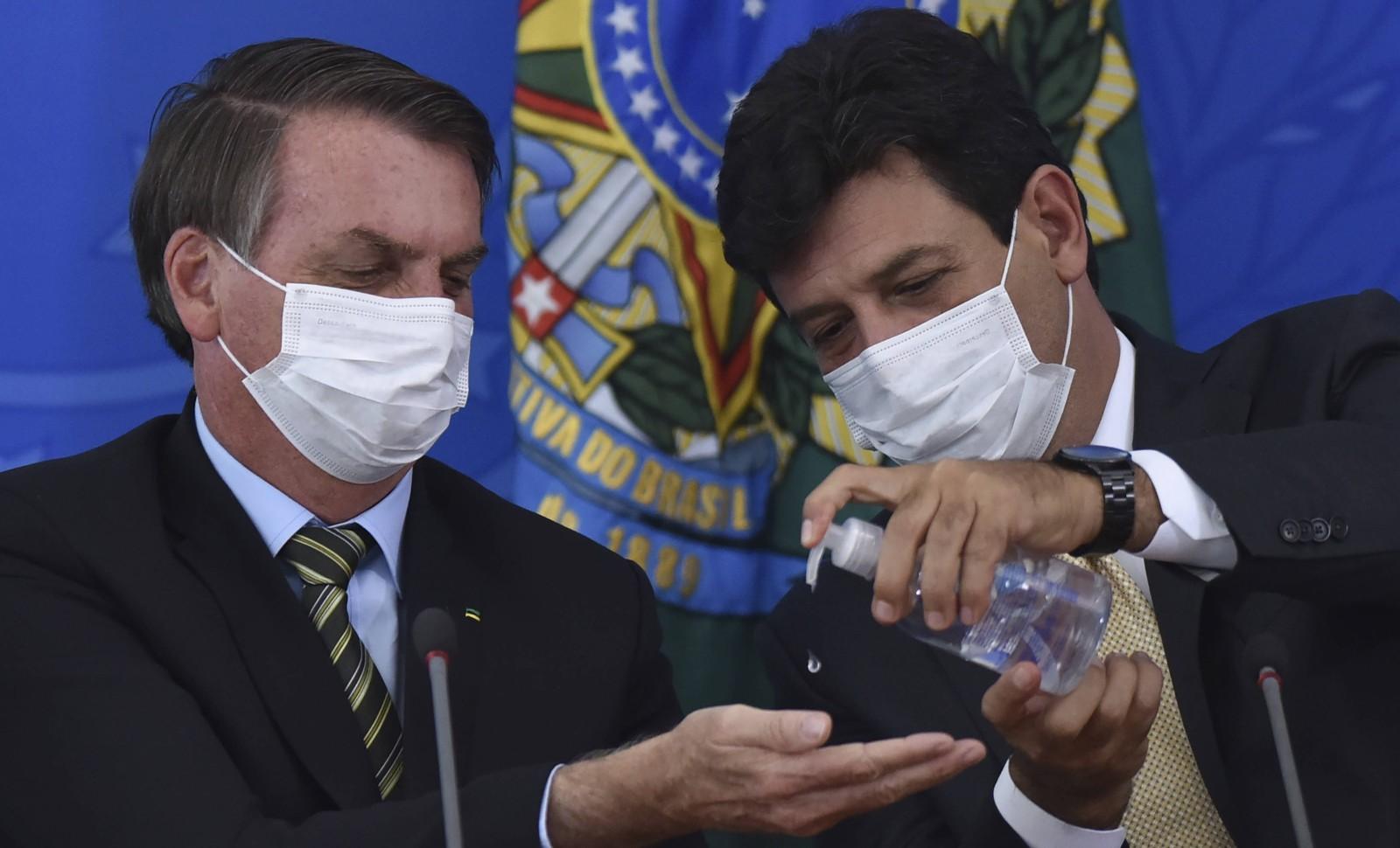Jair Bolsonaro (gauche) et son ministre de la Santé, le 18 mars 2020 à Brasilia © Andre Borges/AP/SIPA Numéro de reportage: AP22439649_000008
