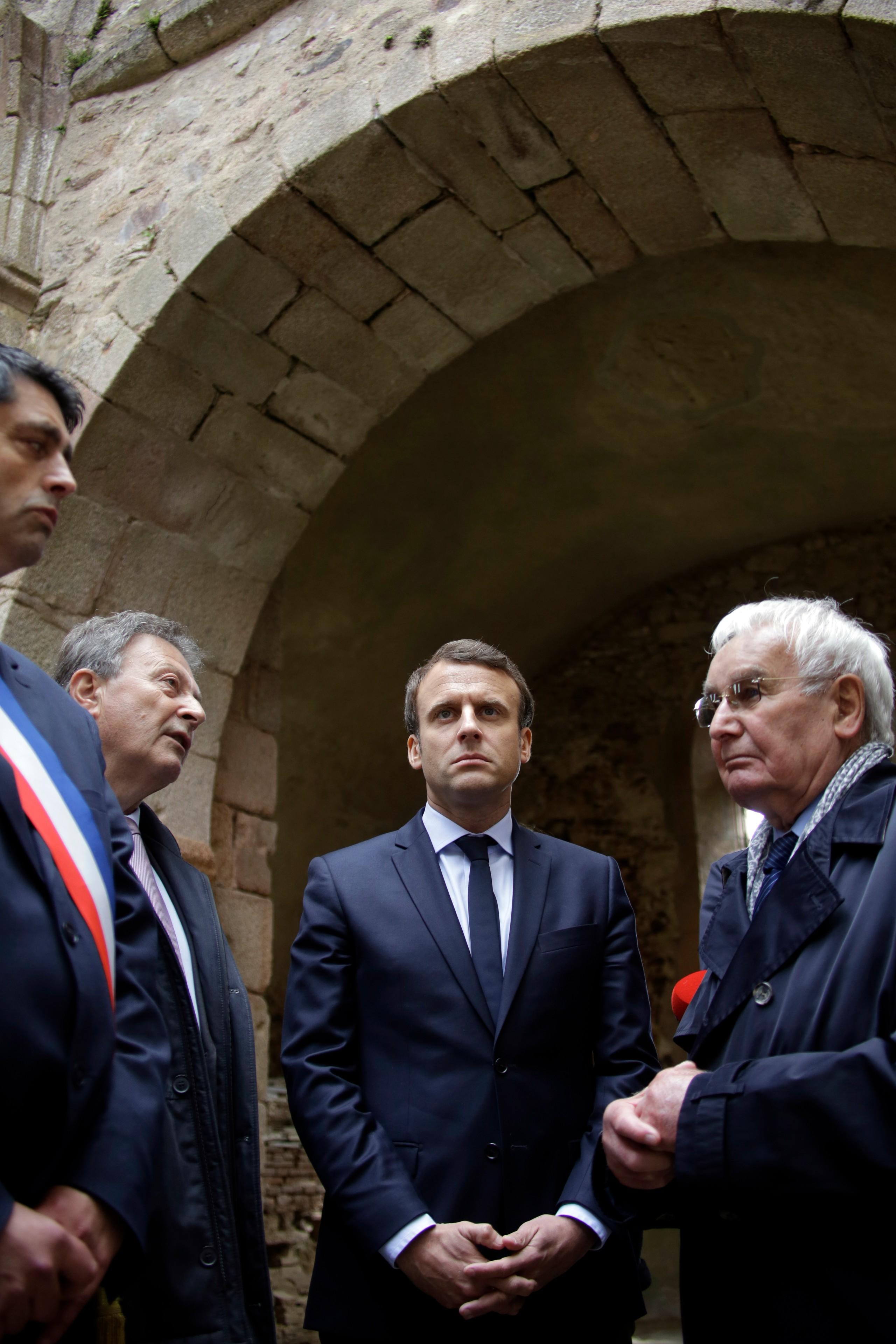 Emmanuel Macron visite le village martyr d'Oradour-sur-Glane, durant l'entre-deux-tours de l'élection présidentielle, 28 avril 2017. © Lachenaud/ Pool/ AFP