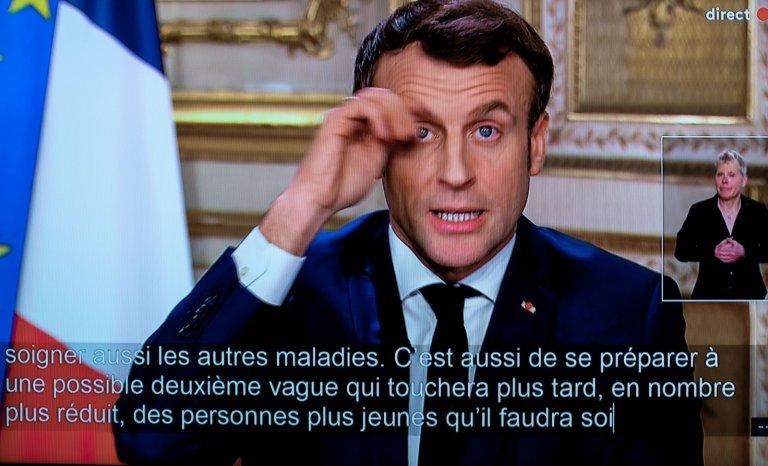 Face au COVID-19, Macron promet de ne plus être grippe-sou