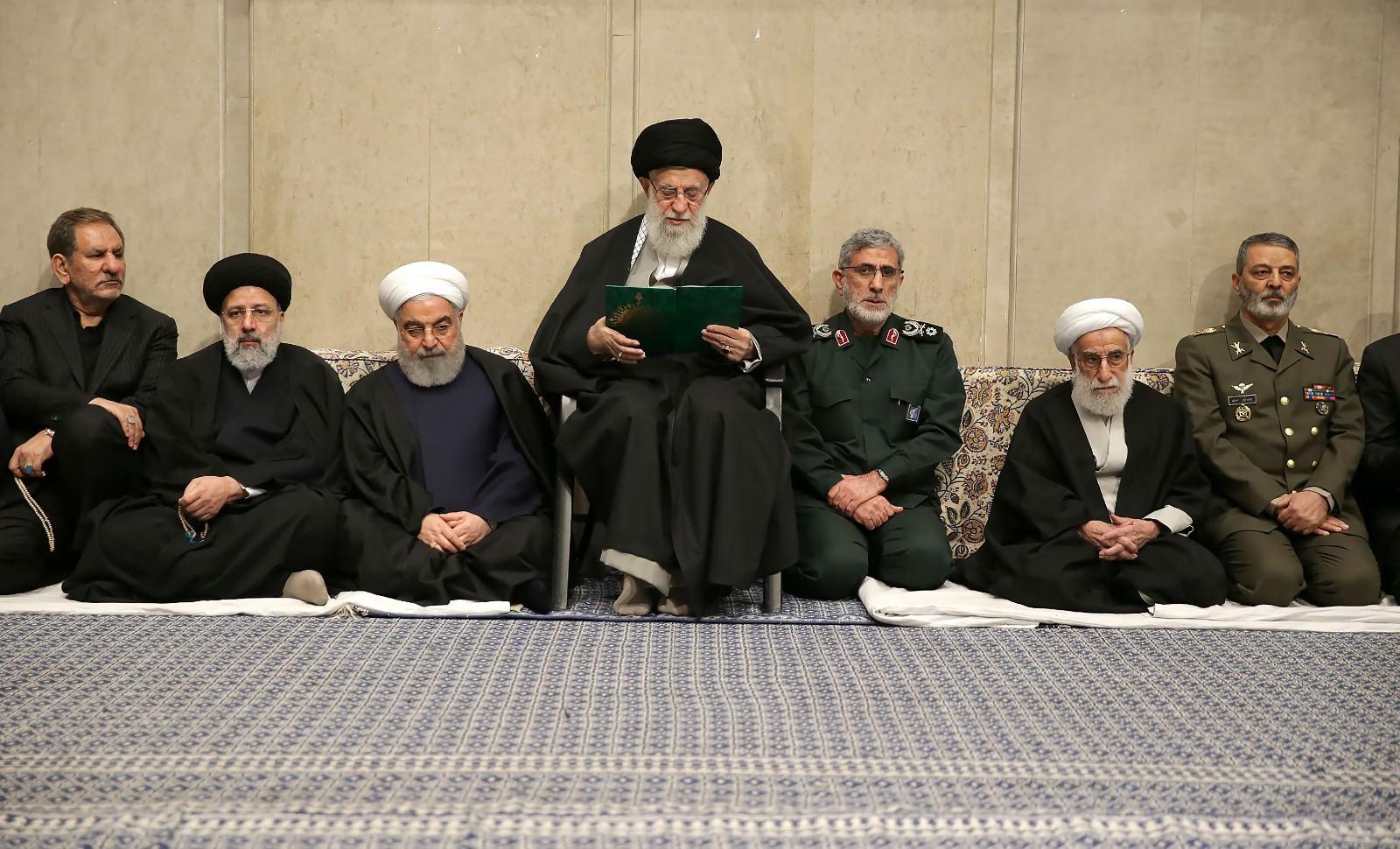 Le guide suprême, Ali Khamenei, avec, à sa droite, le président Hassan Rohani, et sa gauche, Ismael Qaani, commandant de la Force Al-Qods. Malgré son grade militaire supérieur, Abdolrahim Mousavi, chef d'état-major des forces armées iraniennes, est relégué en troisième position à la gauche du guide. © Ay-collection/ Sipa