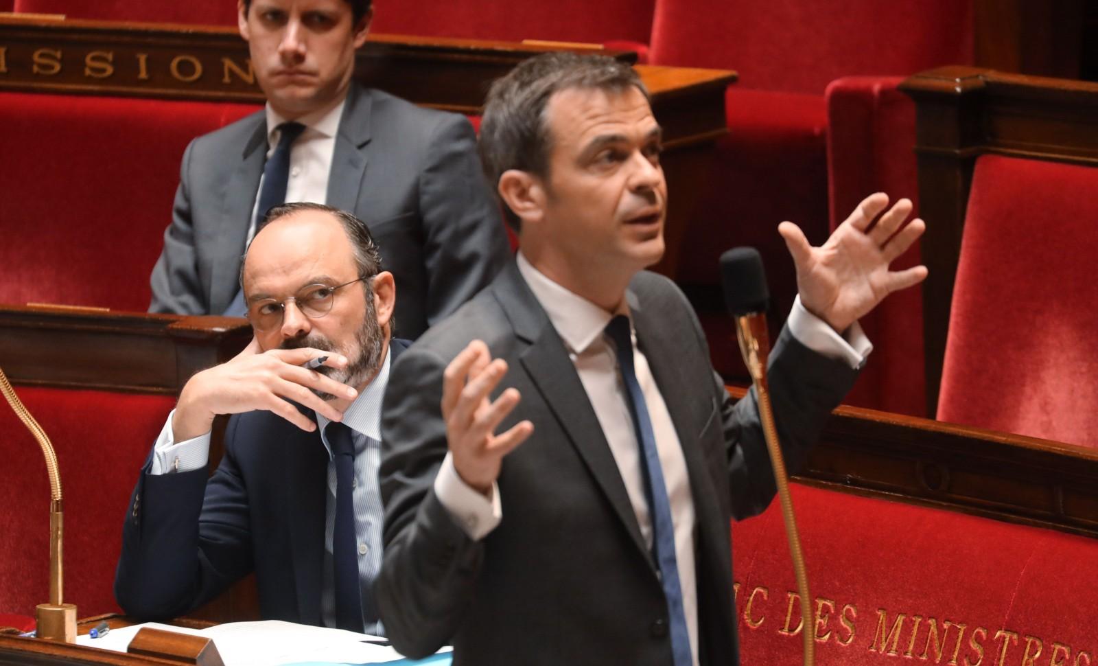 Edouard Philippe, grave, écoute le ministre de la Santé Olivier Veran à l'Assemblée nationale le 19 mars 2020 © LUDOVIC MARIN-POOL/SIPA  Numéro de reportage  : 00950681_000013