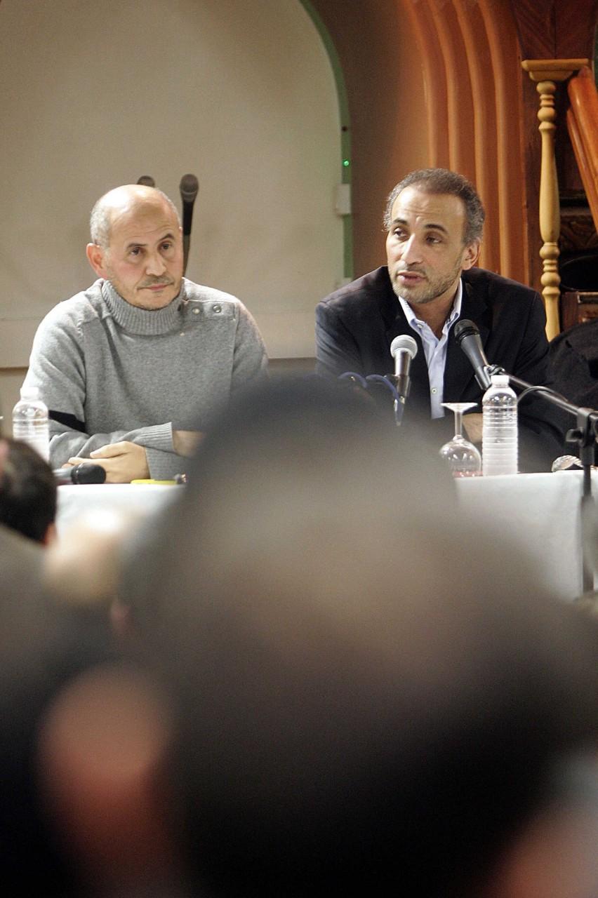 Amar Lasfar, recteur de la mosquée de Lille, et Tariq Ramadan participent à une réunion de soutien à la Palestine, Lille, 7 janvier 2009. © Baziz Chibane / Sipa