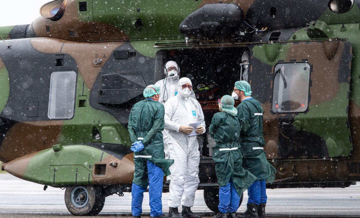 Mülheim (Allemagne), 29 mars 2020 : des malades du coronavirus sont transportés de Metz vers L'Allemagne, par des hélicoptères militaires français