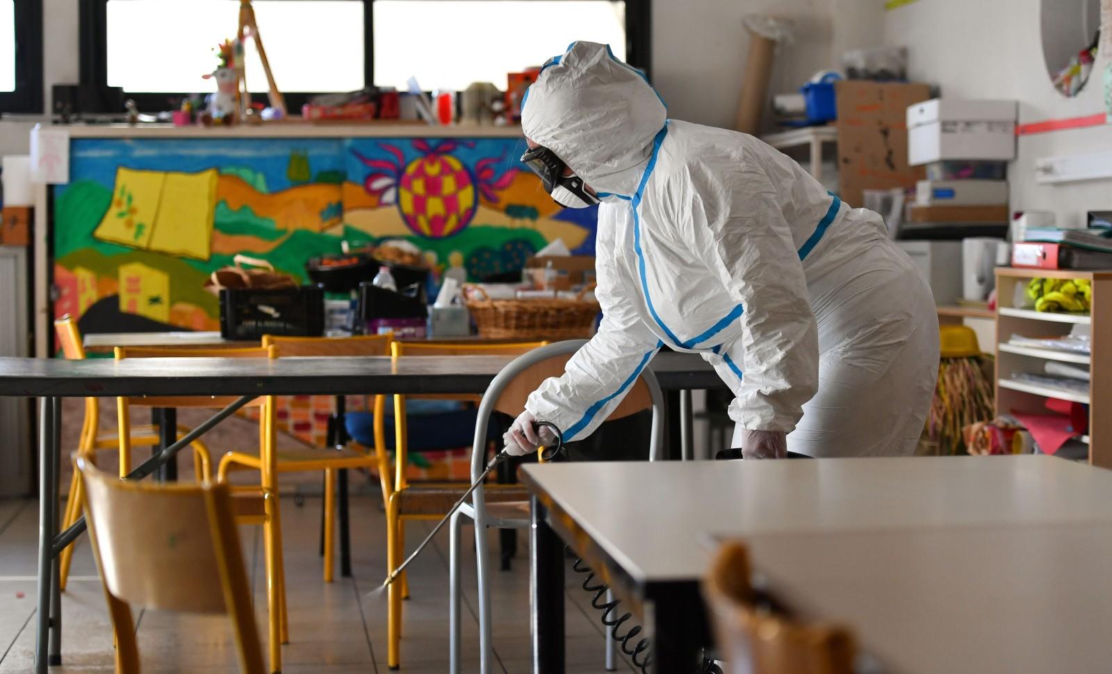 """""""La maîtresse de Kévin a bien changé, tu ne trouves pas?"""" Désinfection d'une école à Cannes, le 10 avril dernier. © Lionel Urman/SIPA Numéro de reportage: 00955907_000018"""