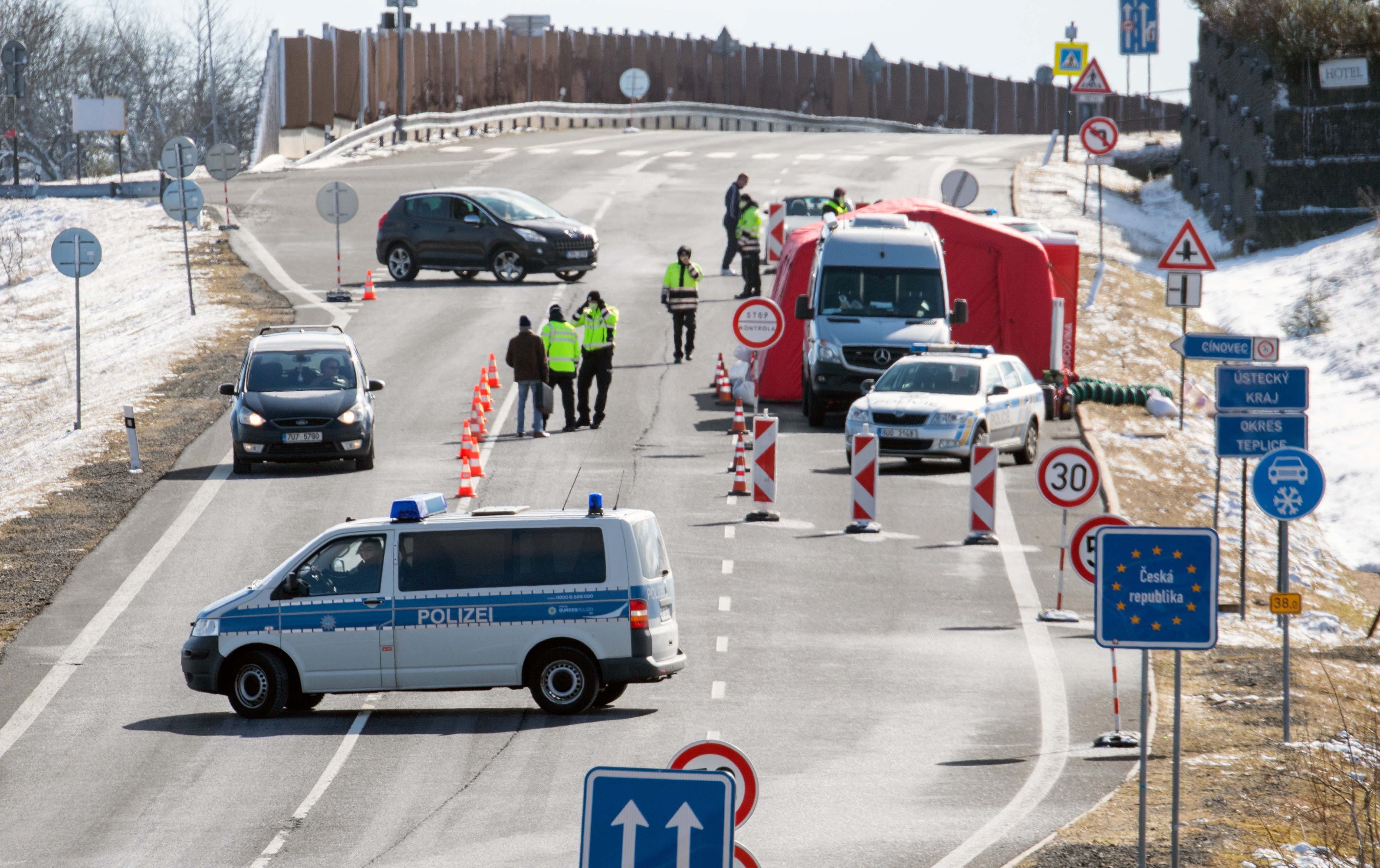 La République tchèque ferme ses frontières : contrôle policier à la frontière germano-tchèque, 14 mars 2020. © Robert Michael/ dpa-Zentralbild/AFP