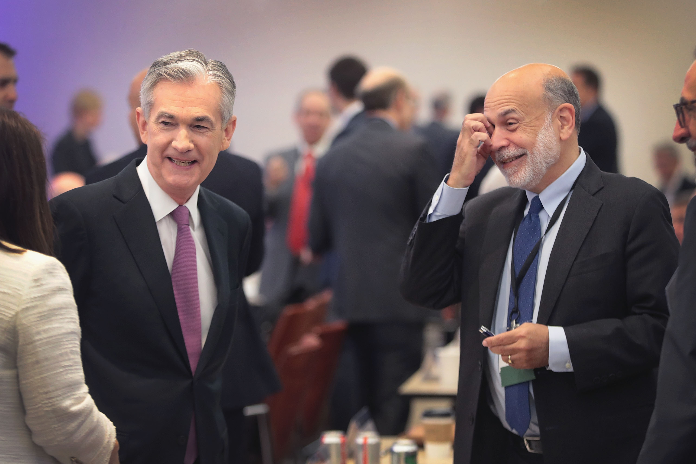 """Ben Bernanke, surnommé """"Helicopter Ben"""" (à droite), présent de la Fed entre 2006 et 2014, aux côtés de Jerome Powell, qui préside actuellement l'institution, Chicago, 4 juin 2019 © Scott Olson/Getty Images/AFP"""