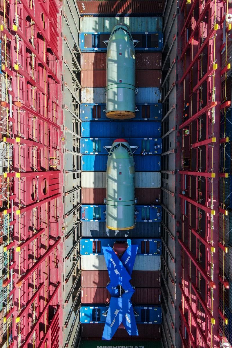 Déchargement de composants destinés à assembler des avions Airbus dans le port de Tianjin, nord de la Chine, 11 avril 2020. © Xinhua / AFP