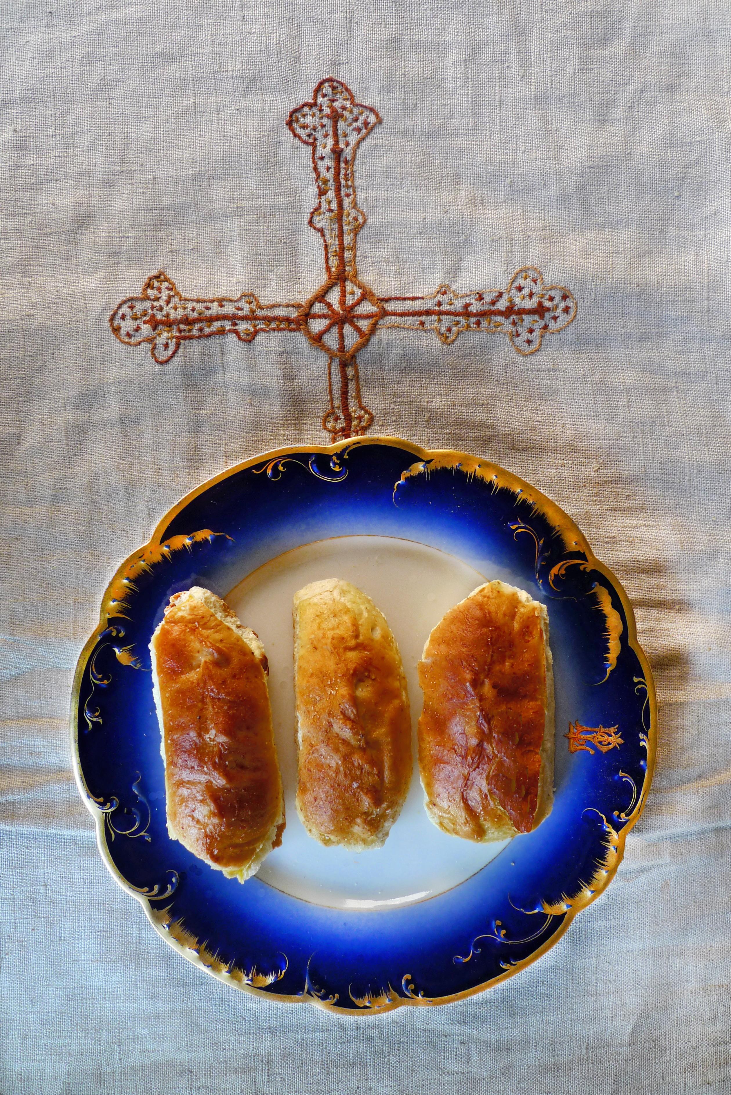 Pirojkis farcis au chou et aux anchois, par le moine cuisinier Frère Jean, grand expert de la cuisine russe, dans son monastère des Cévennes (Skite Sainte Foy) où tout le gratin de la culture va se confiner volontairement et dont le partage des repas est une expérience mémorable... © Frère Jean
