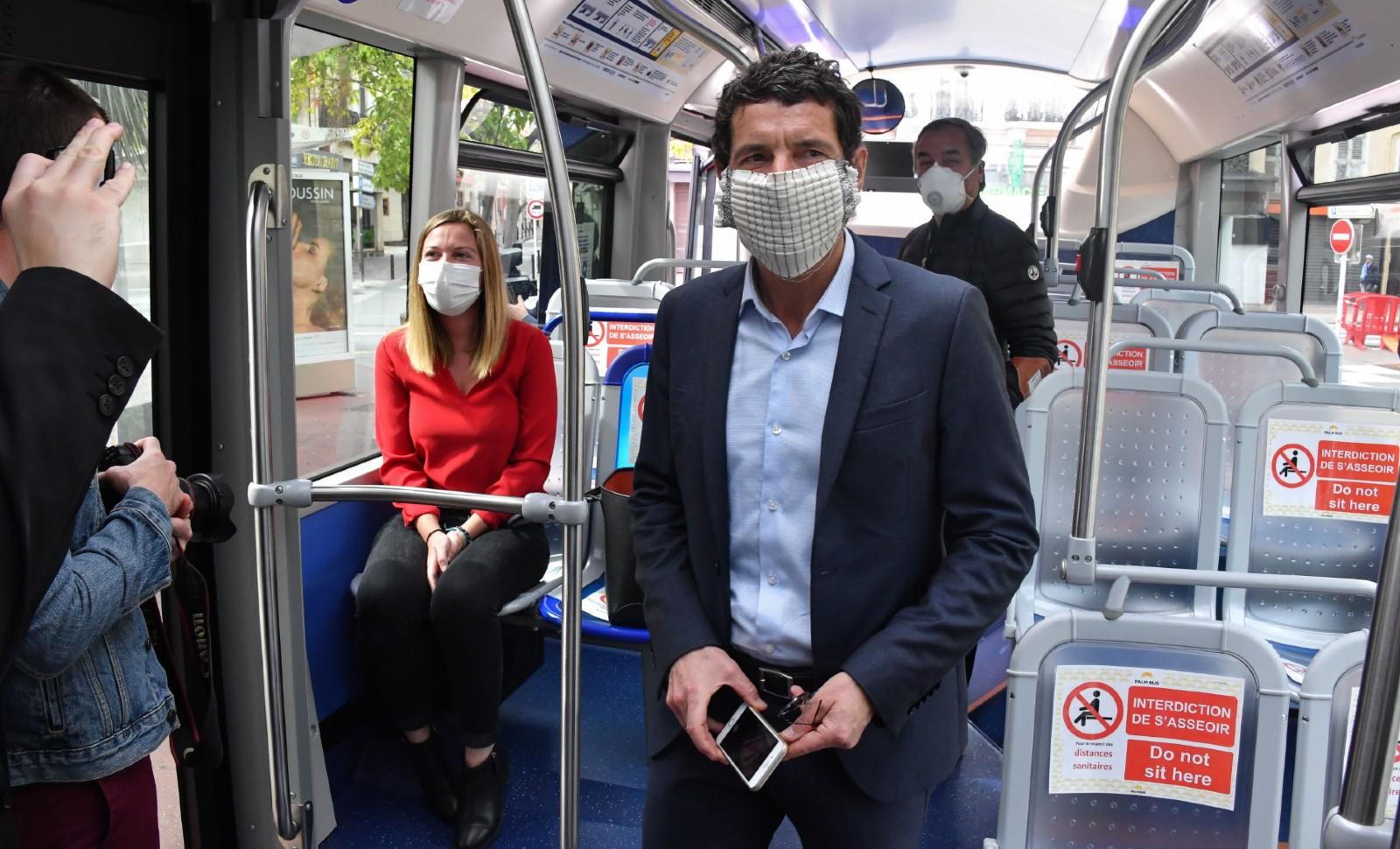 Le maire de Cannes David Lisnard présente un bus témoin de son agglomération à la presse, avril 2020 © Lionel Urman/SIPA Numéro de reportage: 00959290_000016