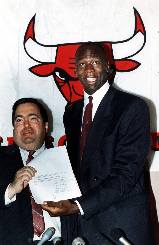 Jerry Krayse (gauche) et Michael Jordan (droite) lors d'une conférence de presse. © Chicago Tribune/TNS/Sipa USA)/29790163/CHRIS LAFORTUNE/2005051035