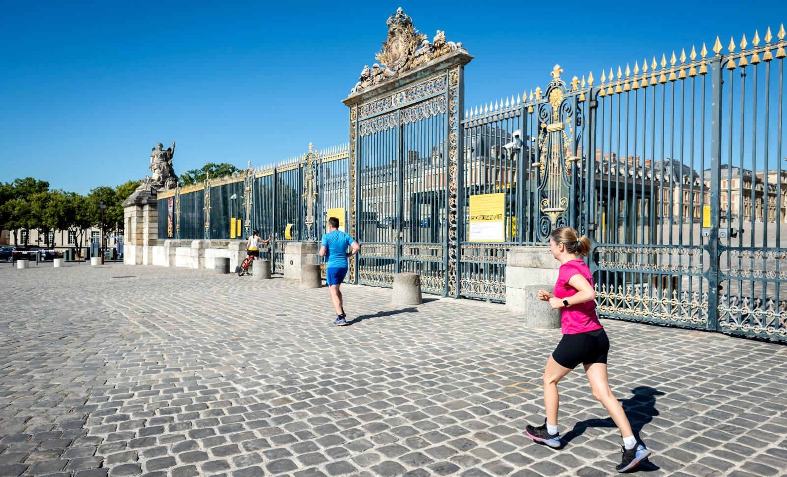 Des joggers Versaillais retrouvent les joies de la cour du château déserte. © Hannah Assouline