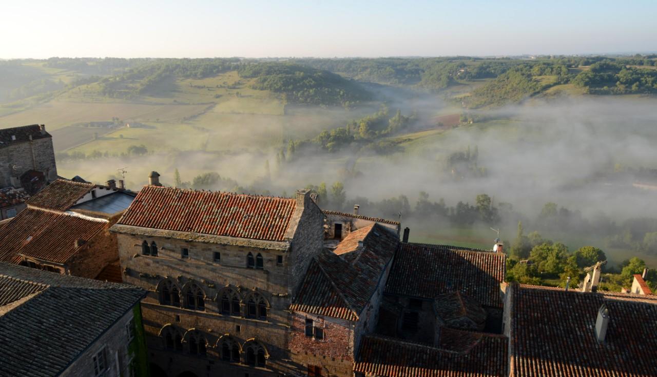 Le village de Cordes-sur-Ciel (Tarn), autrefois délabré et à l'abandon, a été ressucité grâce au tourisme © PATRICE THEBAULT / Only France via AFP
