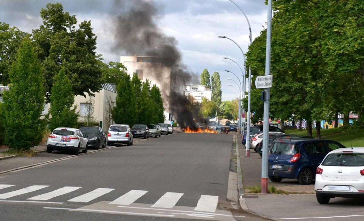 Des tensions ont eu lieu à Dijon au quartier des Grésilles, plusieurs voitures ont été incendiées après plusieurs jours de violences entre tchetchenes et des habitants du quartier. Un renfort de policiers est attendu sur place ainsi que la présence du RAID. Photo le 15 juin © DOLIDZE SABRINA/SIPA Numéro de reportage: 00967356_000003