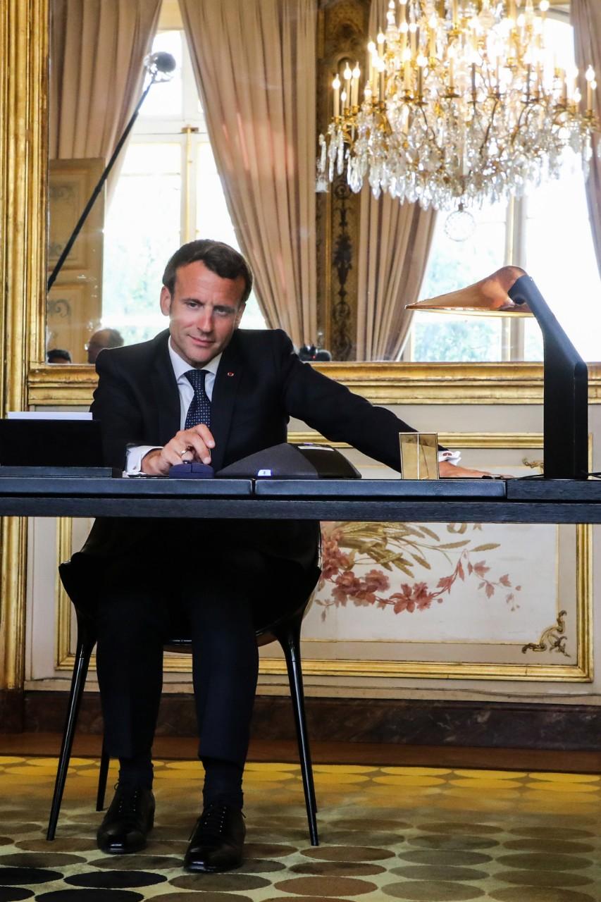 Emmanuel Macron, dans son bureau de l'Elysée, s'entretient au téléphone avec le pape François, 21 avril 2020. © Marin / Pool / AFP