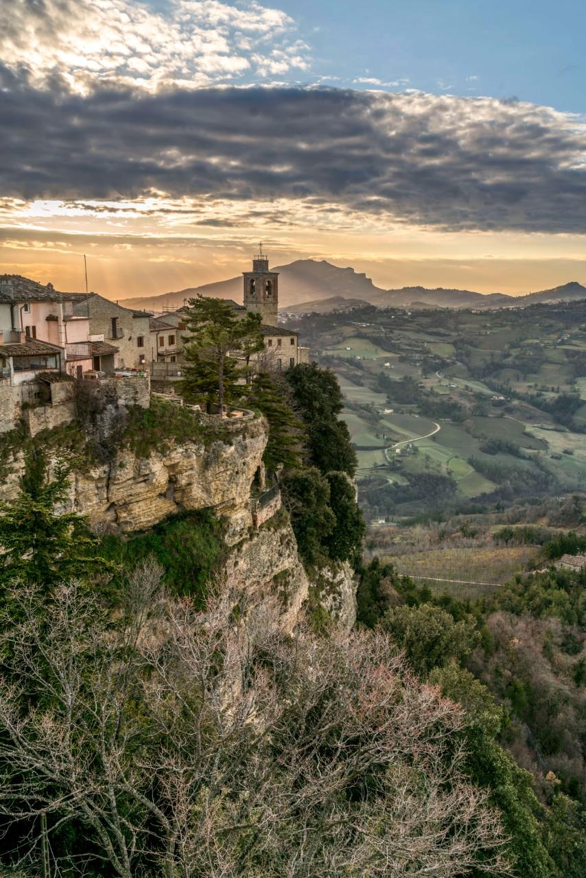 Village de Montefalcone Appennimo, dans la région des Marches (Italie) © Destinazione Marche