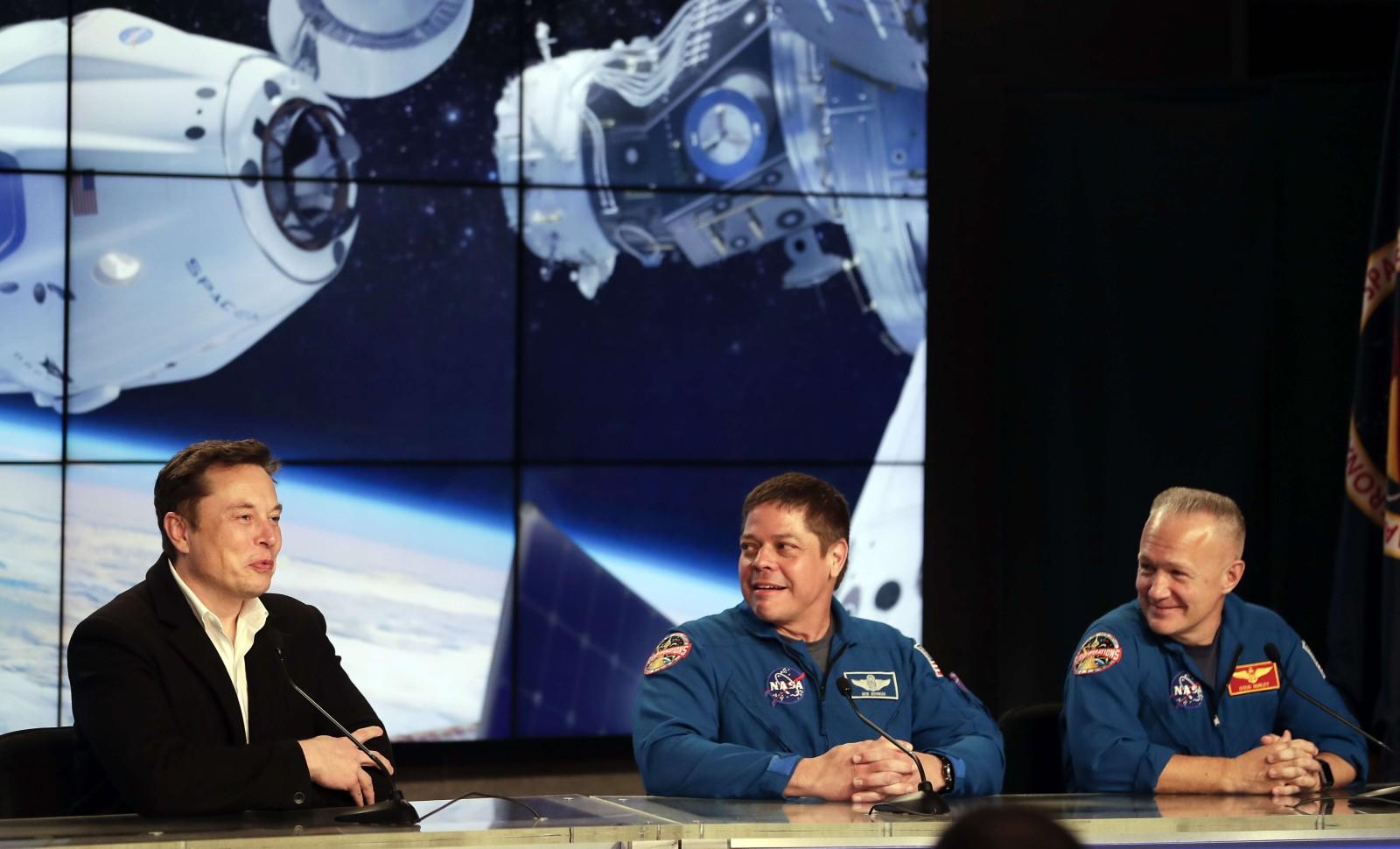 Elon Musk, et les deux astronautes partis Bob Behnken et Doug Hurley, le 2 mars 2019 © John Raoux/AP/SIPA AP22308474_000020