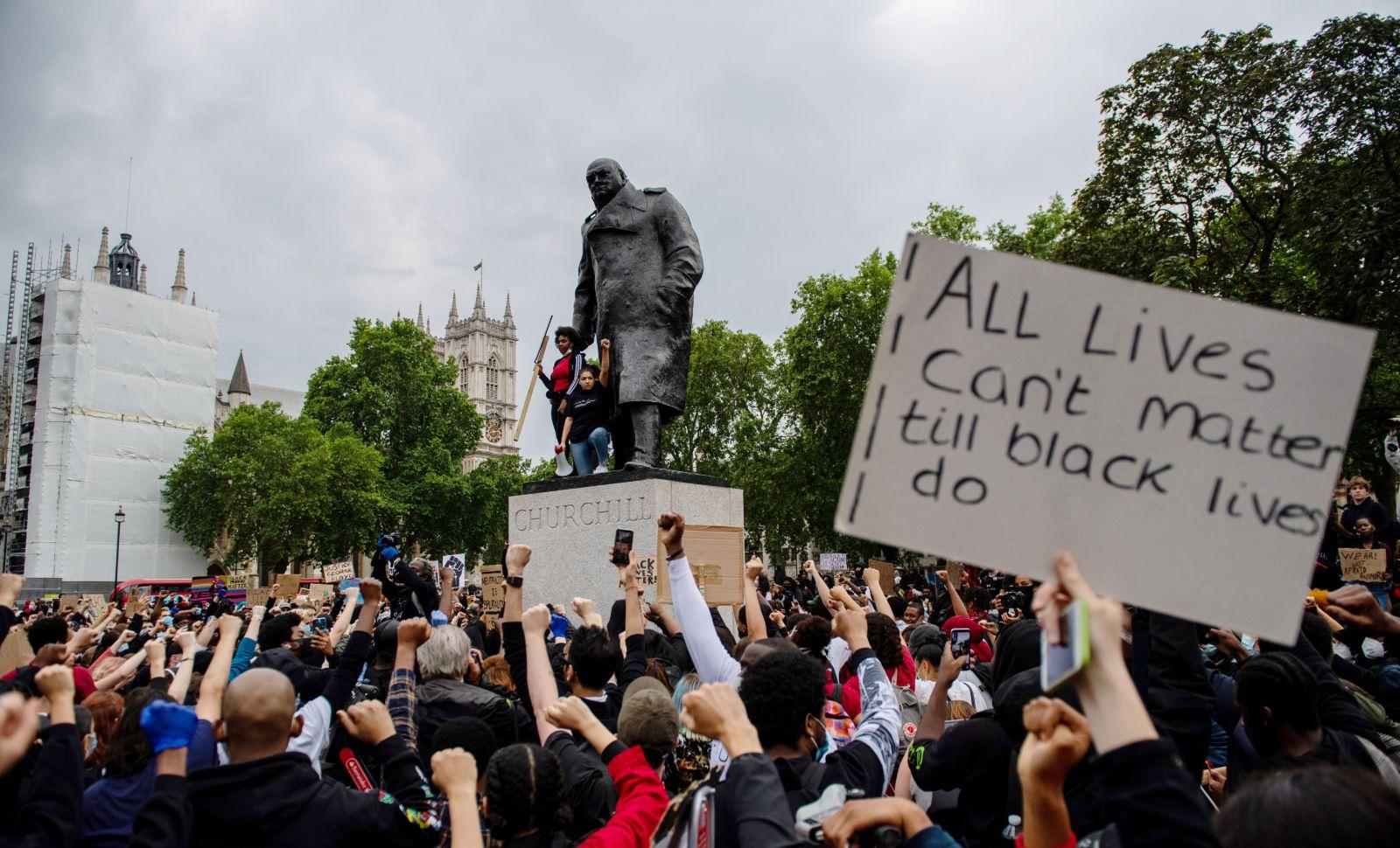 La statue de Winston Churchill, sur Parliament Square à Londres, vandalisée par des militants antiracistes, 3 juin 2020. © Manuel Balce Ceneta/AP/SIPA