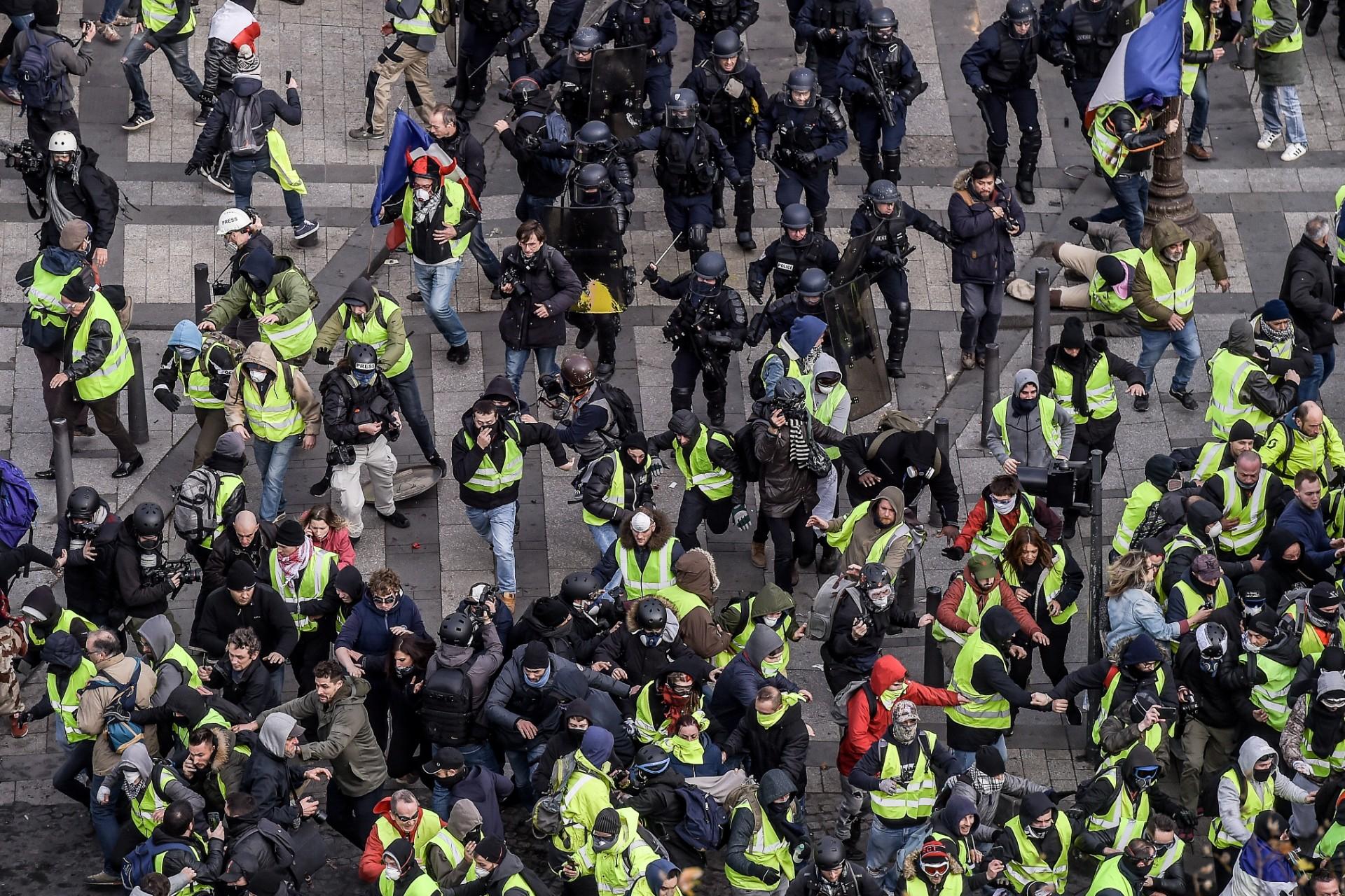 Affrontements entre Gilets jaunes et forces de l'ordre près des Champs-Elysées, Paris 8 décembre 2018. © Lucas Barioulet/AFP