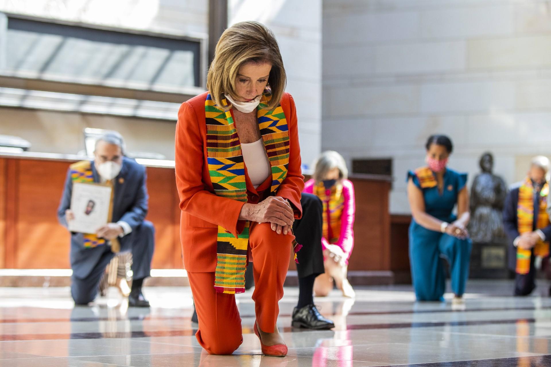 Nancy Pelosi, la cheffe des démocrates au Congrès américain, ploie le genou en hommage à George FLoyd, Washington, 8 juin 2020. © Manuel Balce Ceneta/AP/SIPA