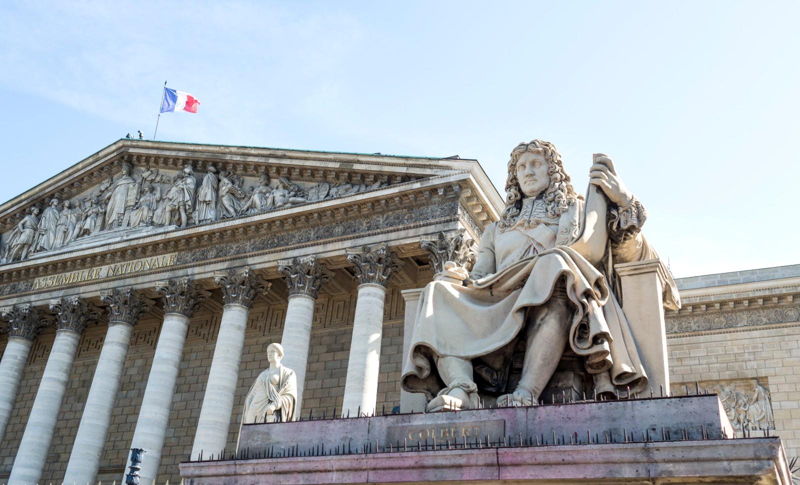 La statue de Colbert devant le Palais Bourbon, siège de l'assemblée nationale. © Hannah Assouline