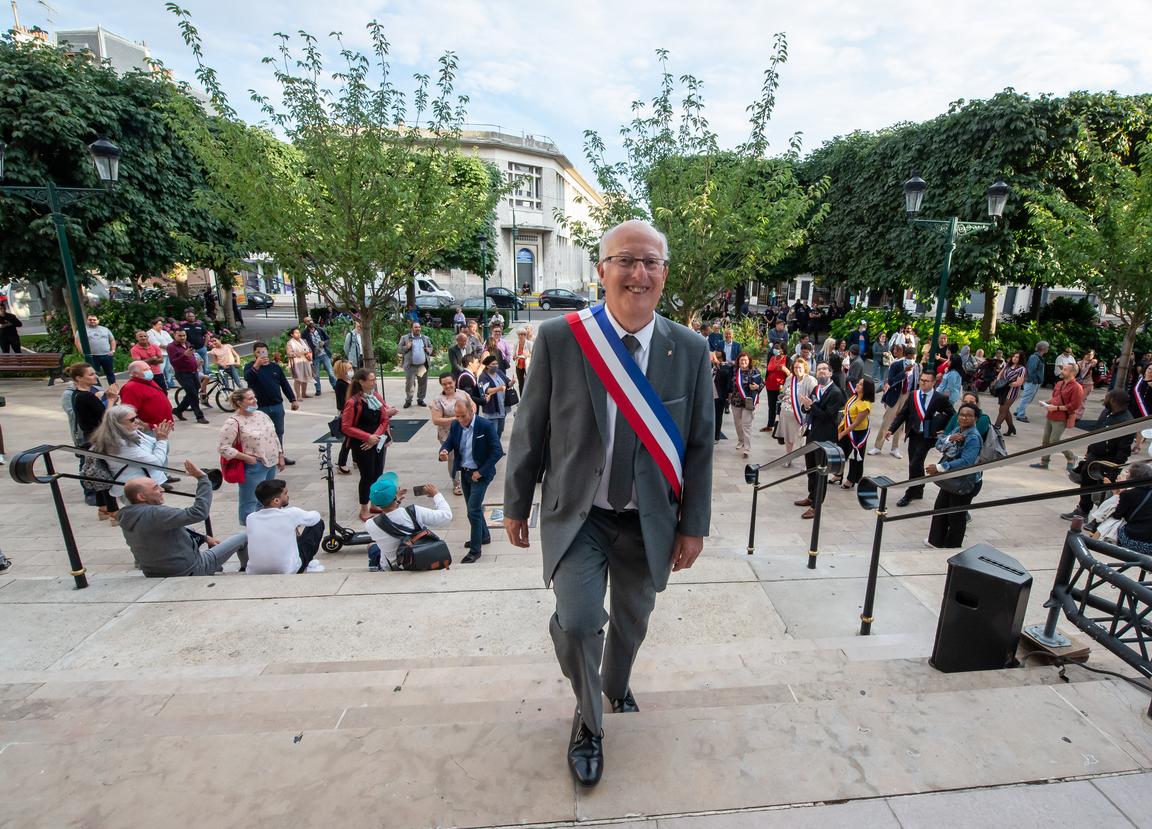 Le maire EELC de Colombes Patrick Chaimovitch (photo Twitter) estime que les policiers français traquent les clandestins et migrants s«avec le même zèle» que ceux de l'époque de Vichy.