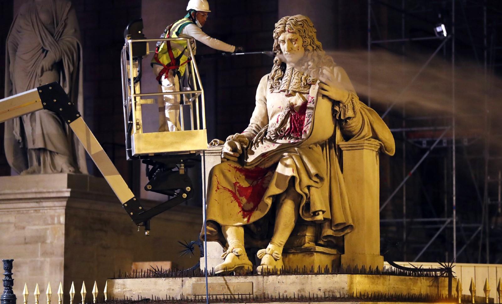 Statue de Colbert dégradée à Paris, juin 2020 © Thibault Camus/AP/SIPA Numéro de reportage: AP22467076_000005