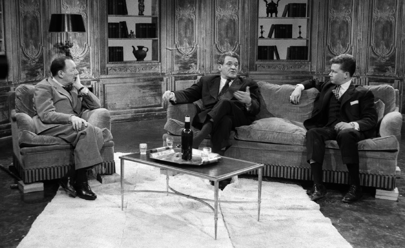 Joseph Kessel répond aux questions de Jean Oberlé et Philippe Bouvard (c) AFP