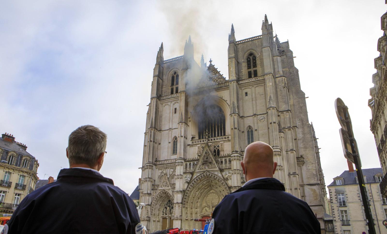A Nantes, des policiers empêchent l'approche de la cathédrale en feu, samedi 18 juillet 2020 © Laetitia Notarianni/AP/SIPA Numéro de reportage : AP22474389_000011