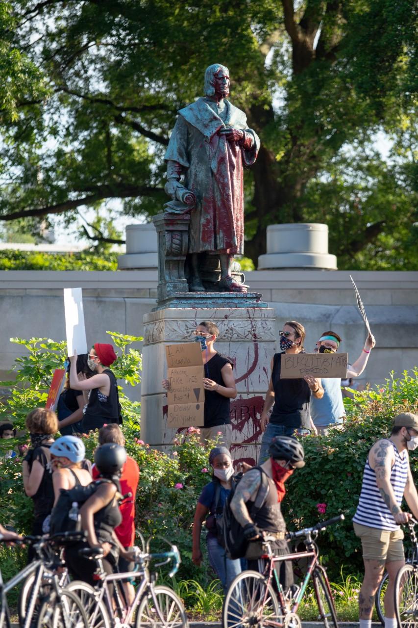 Des manifestants antiracistes s'en prennent à une statue de Christophe Colomb à Richmond, Virginie, 9 juin 2020 © Parker Michels-Boyce / AFP
