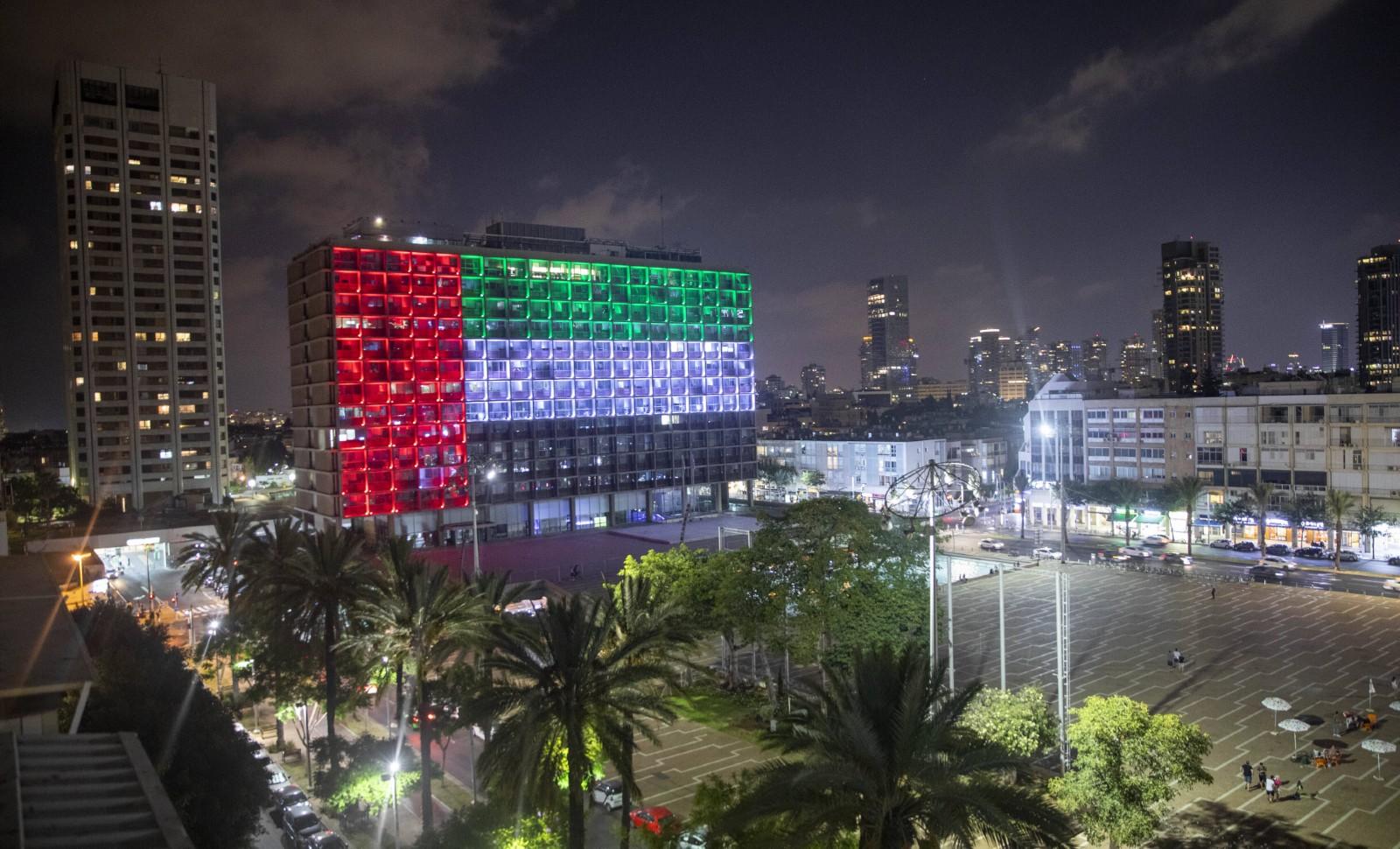 La mairie de Tel Aviv (Israël) éclairée aux couleurs du drapeau des Émirats arabes unis, août 2020 pour célébrer le rapprochement historique entre les deux pays © Oded Balilty/AP/SIPA Numéro de reportage : AP22483490_000001