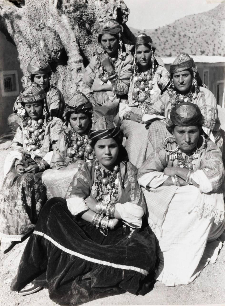Tahala, région du Souss Femmes juives en costume traditionnel Collection Sarah Assidon-Pinson © Adagp, Paris, 2020