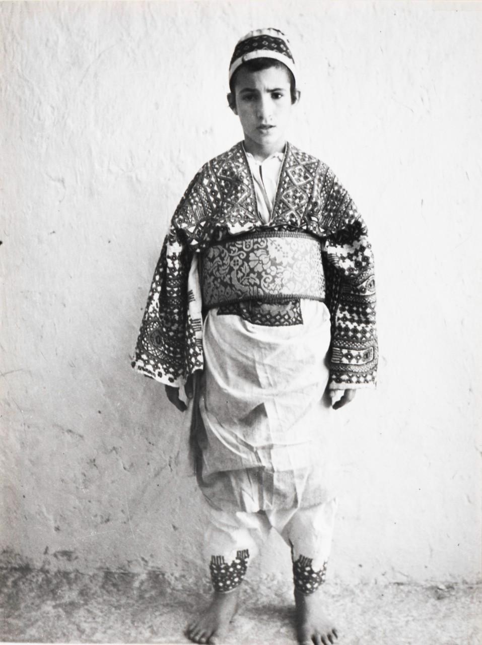 Erfoud, région du Tafilalet Messaoud Assouline (Tinghir, 1922 – Jérusalem, 2007), âgé de 13 ans, en costume de marié Collection Hannah Assouline © Adagp, Paris, 2020