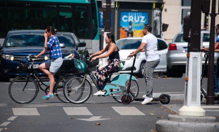 La ronde infernale des vélos et patinettes, Place d'Italie à Paris