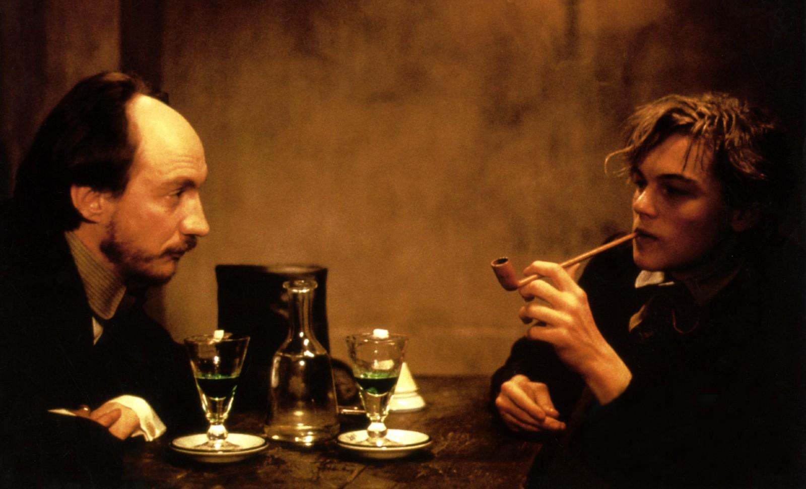"David Thewlis interprète Paul Verlaine, et Leonardo DiCaprio Arthur Rimbaud dans le film ""Rimbaud Verlaine"" de Agnieszka Holland (1995) © RONALDGRANT/MARY EVANS/SIPA Numéro de reportage: 51431405_000017"