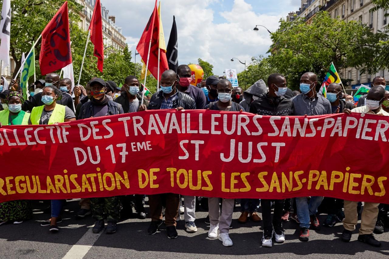 """Manifestations de travailleurs sans-papiers, Paris, 20 juin 2020. Alain Finkielkraut: """"On détourne le droit d'asile au nom des droits de l'homme"""" © Photo: Adnan Farzat / NurPhoto / AFP"""
