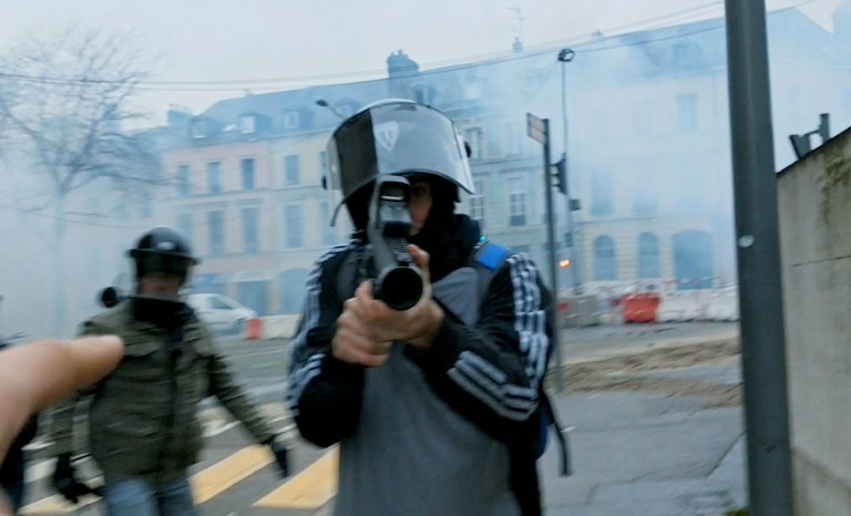 """Un pays qui se tient sage"": la violence policière en cliché"