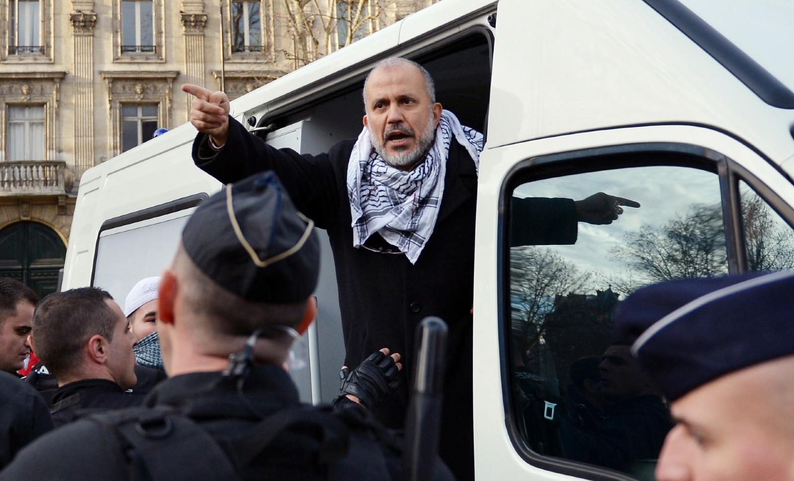 """Abdelhakim Sefrioui, le leader du collectif pro-Palestine """"Cheikh Yassine"""", interpellé par la gendarmerie à Paris en 2012 © MIGUEL MEDINA / AFP."""