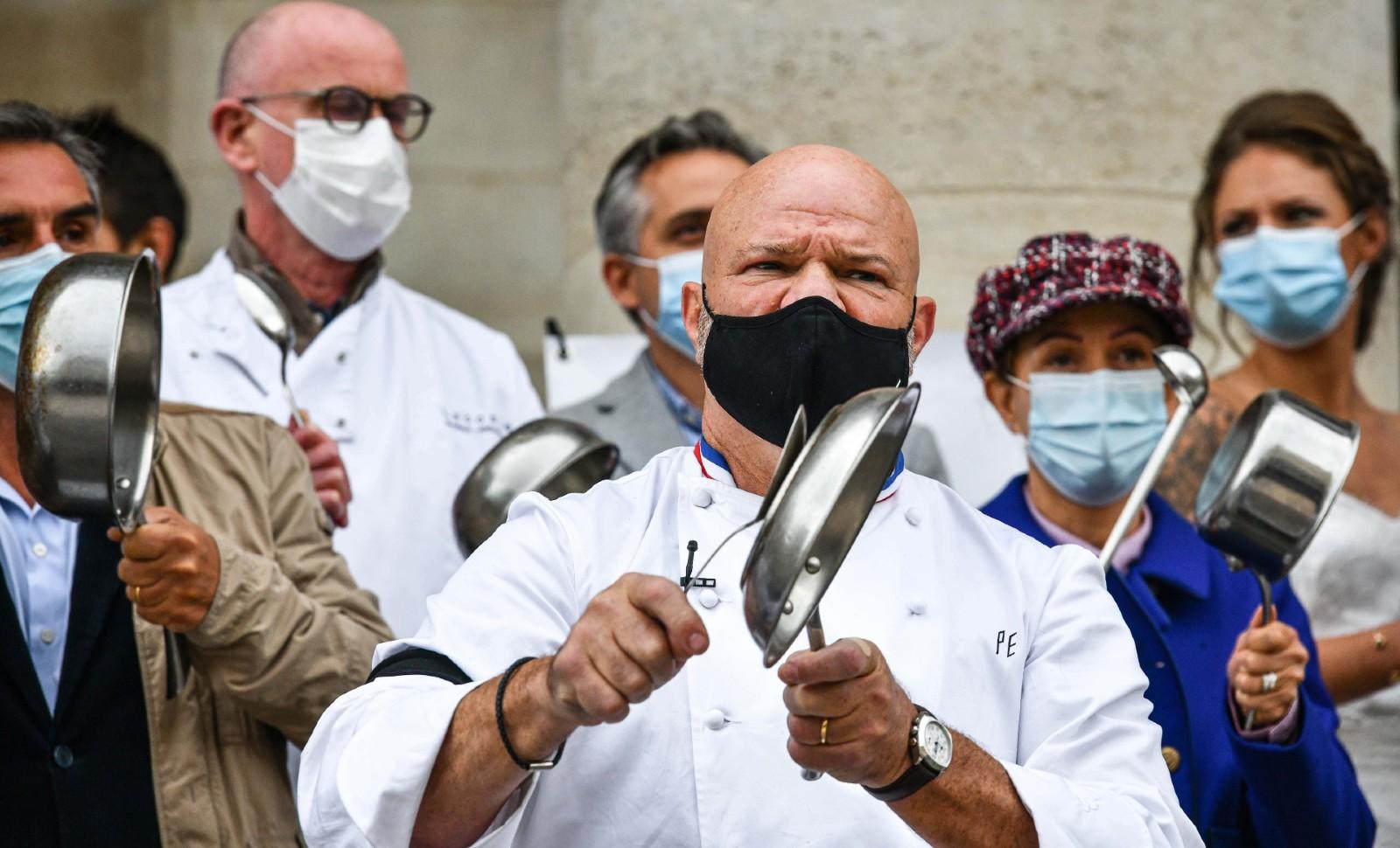 Entouré d'autres restaurateurs, le chef Philippe Etchebest manifeste à Bordeaux contre les mesures sanitaires gouvernementales liées au coronavirus, le 2 octobre 2020 © UGO AMEZ/SIPA Numéro de reportage : 00984040_000010