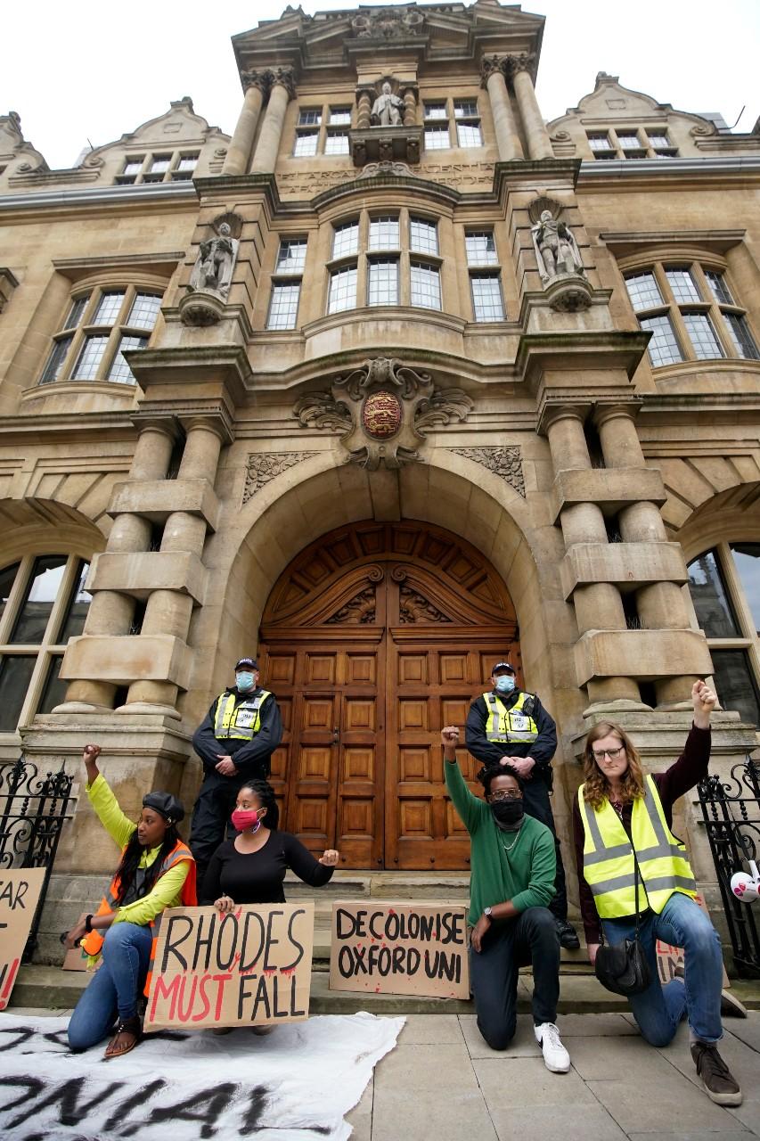 Des manifestants exigent le retrait de la statue de Cecil Rhodes devant l'Oriel College, un institut de l'université d'Oxford, 9 juin 2020. © Furlong / Getty images / AFP.