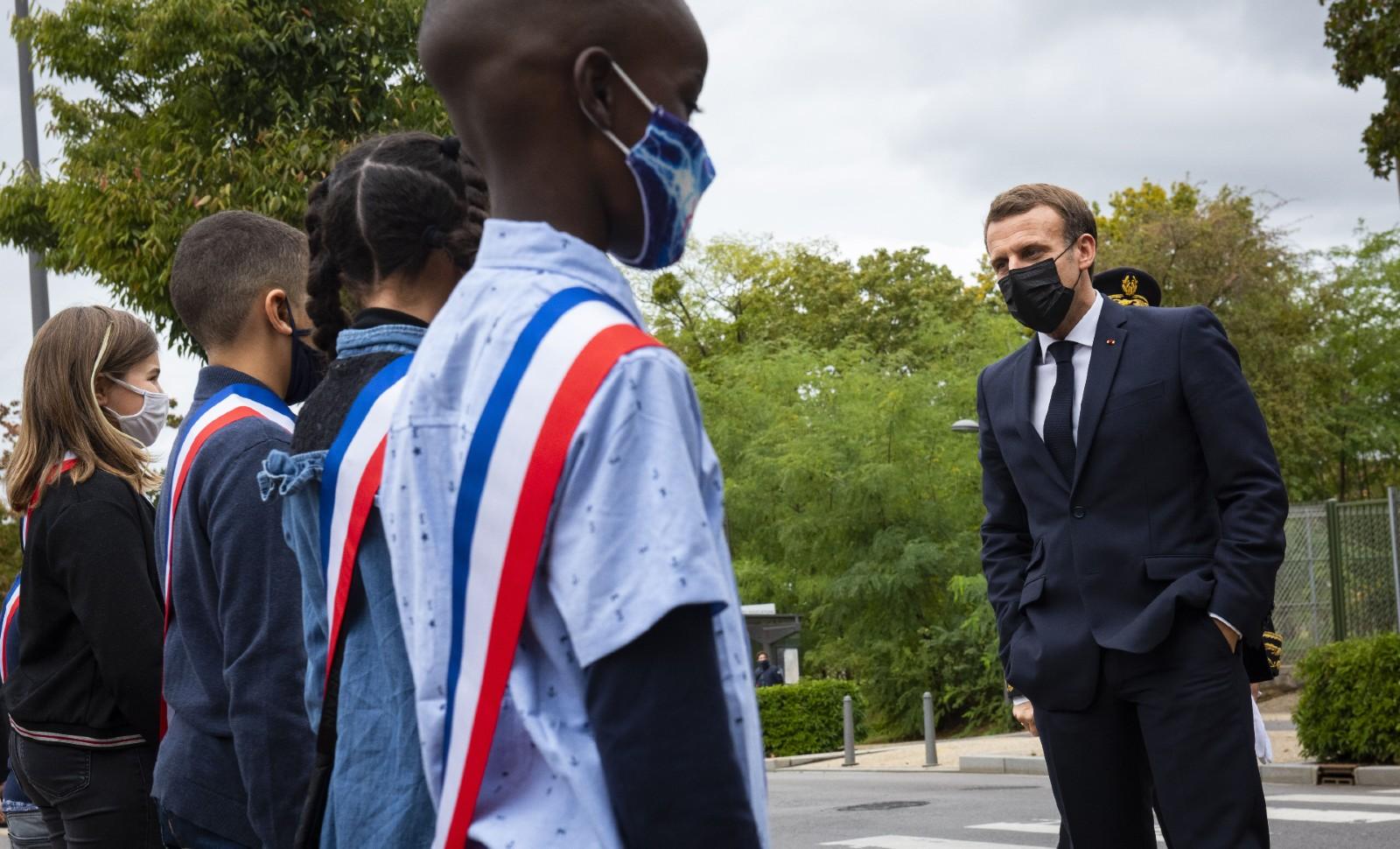 Le président Emmanuel Macron aux Mureaux (78), le 2 octobre 2020 © Eric TSCHAEN/POOL/SIPA Numéro de reportage : 00984097_000011.