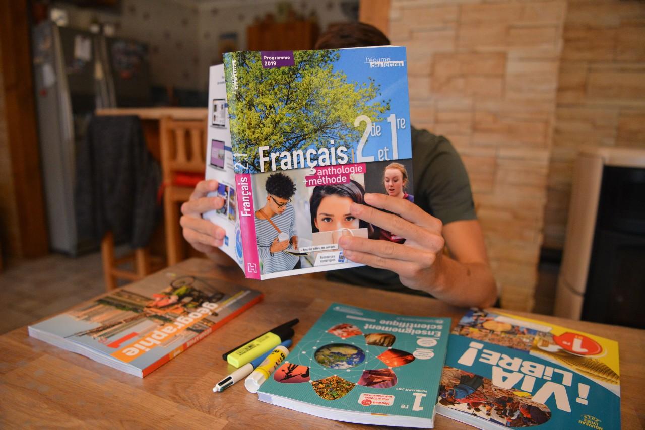 Distribution de nouveaux manuels scolaire dans un lycée de Bourgoin-Jallieu (département de l'Isère), 6 septembre 2019. © ALLILI MOURAD/SIPA